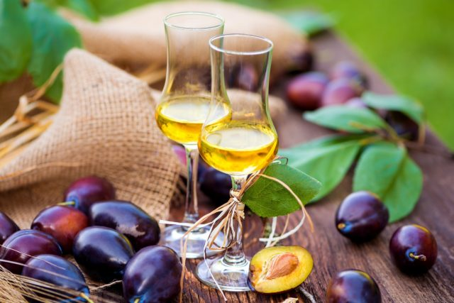 Мятная сливянка на спирту в бокалах и сливы