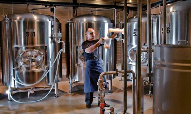сотрудник работает в пивоварне