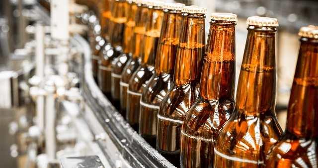 бутылки пива на конвеере