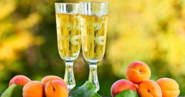 абрикосы и наливка из них в бокалах