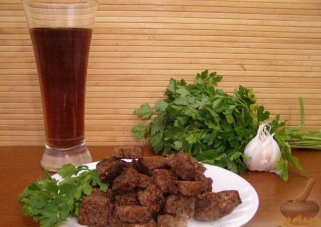 Сухарики в тарелке с петрушкой и чесноком