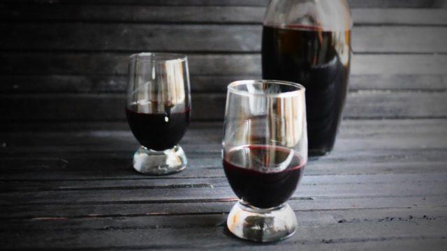 наливка из шелковицы с стаканах и графине