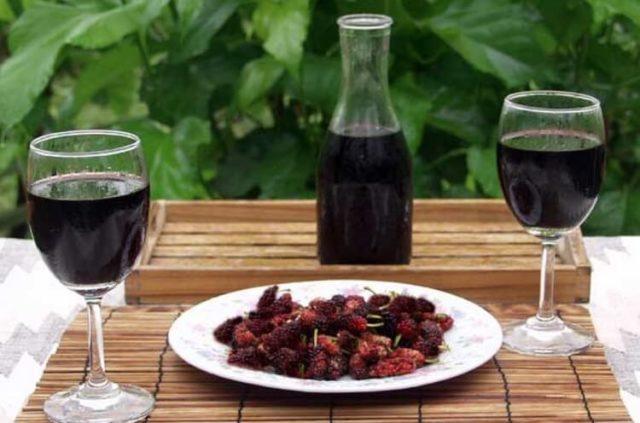 ягоды и наливка из шелковицы