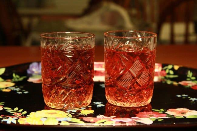 настойка шиповника в стаканах