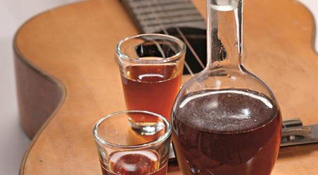 настойка шиповника в графине и стаканах