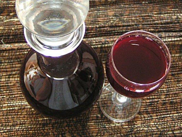 сливовая наливка в бокале и графине